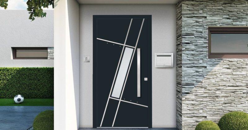 Charakter we własnych drzwiach.